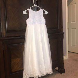 Dresses & Skirts - Elegant White flower girl dress with lace detail